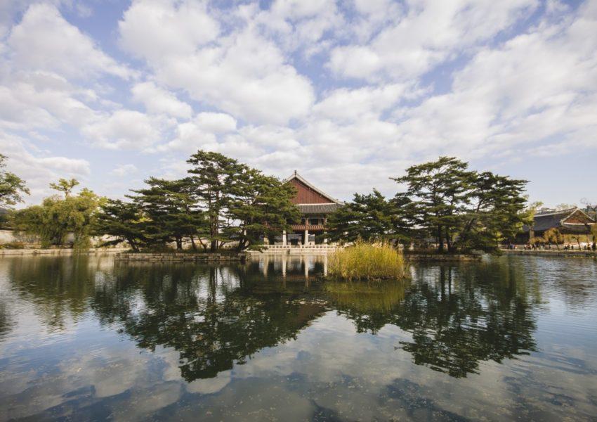 Vue sur une eau douce, on y trouve une maison traditionnelle