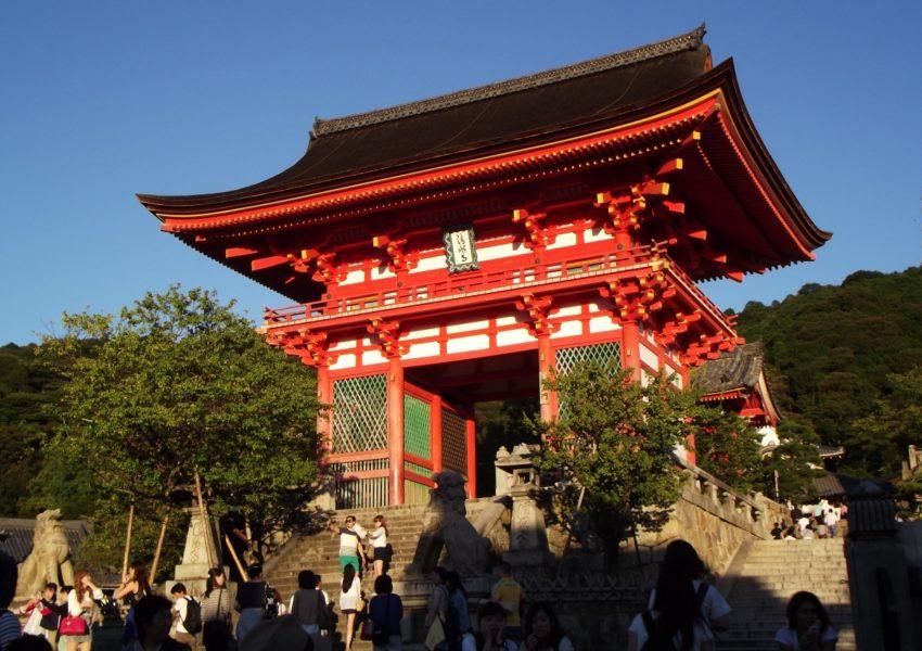 Des japonais qui se réunissent autour du temple de kyoto
